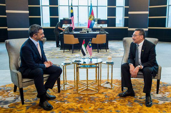 عبدالله بن زايد يبحث مع رئيس وزراء ماليزيا سبل تعزيز العلاقات الثنائية