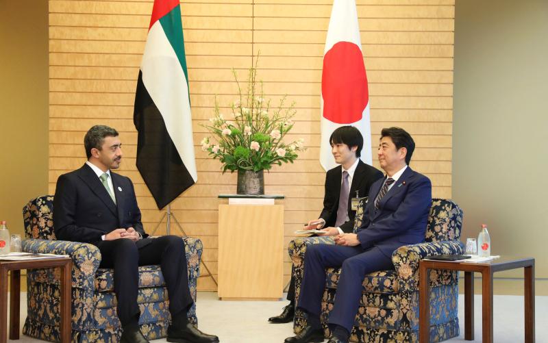 رئيس وزراء اليابان يبحث مع عبدالله بن زايد تعزيز التعاون بين البلدين