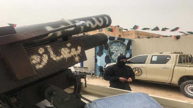 مصادر مصرية: وصول شحنة كبيرة من الأسلحة برفقة عسكريين إماراتيين إلى ليبيا دعماً لحفتر