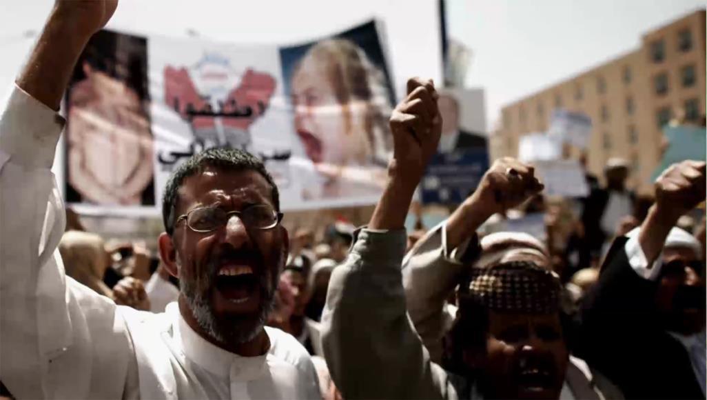 يمنيون في مسيرة بعدن يطالبون بإطلاق سراح المعتقلين في السجون الإماراتية السرية