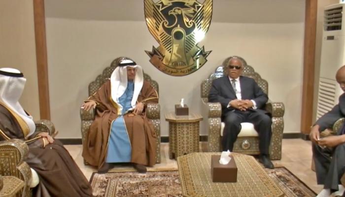 قرقاش يصل إلى السودان في زيارة رسمية للقاء رئيس المجلس السيادي ورئيس الحكومة
