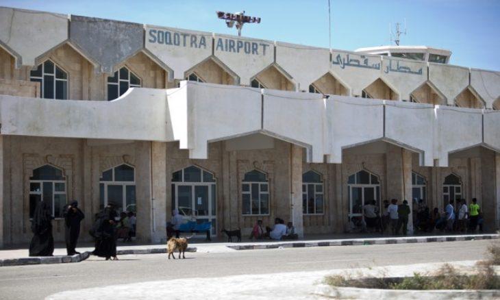 محافظ سقطرى: عناصر إماراتية اقتحمت مطار المحافظة وقامت بتهريب مطلوبين أمنيا