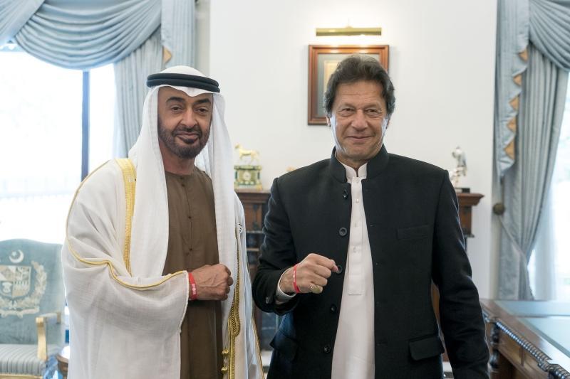 محمد بن زايد يبحث مع رئيس الوزراء الباكستاني هاتفيا القضايا الإقليمية والدولية
