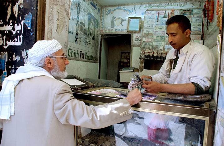 المركزي اليمني ينتظر ثلاثة مليارات دولار ودائع موعودة من الإمارات والكويت لوقف تدهور الريال